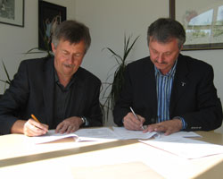 Wiederer (left) and Sinka signing the contract