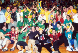 Kometal celebrating the CL title in 2002