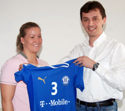 Szamoránsky with her new jersey