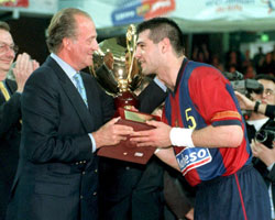 Masip receives a CL Trophy from King Juan Carlos