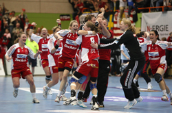 The team celebrating with Rösler in the middle
